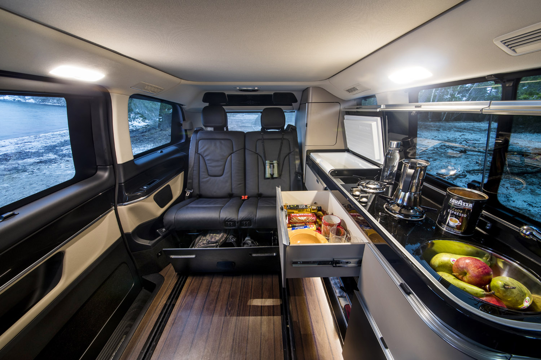 Baksätet i Marco Polo kan skjutas framåt och bakåt i golvskenorna. Längs ena sidan löper ett elegant men kompakt kök.