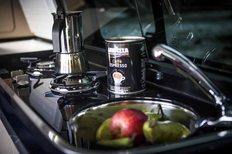 Vask med rinnande varm och kallt vatten, spris med två brännare, lådor och kyl/frys ingår i köket.