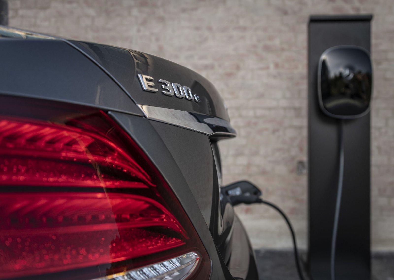 Mercedes-Benz E-Klass kommer som laddhybrid både med bensin- och dieselmotor.