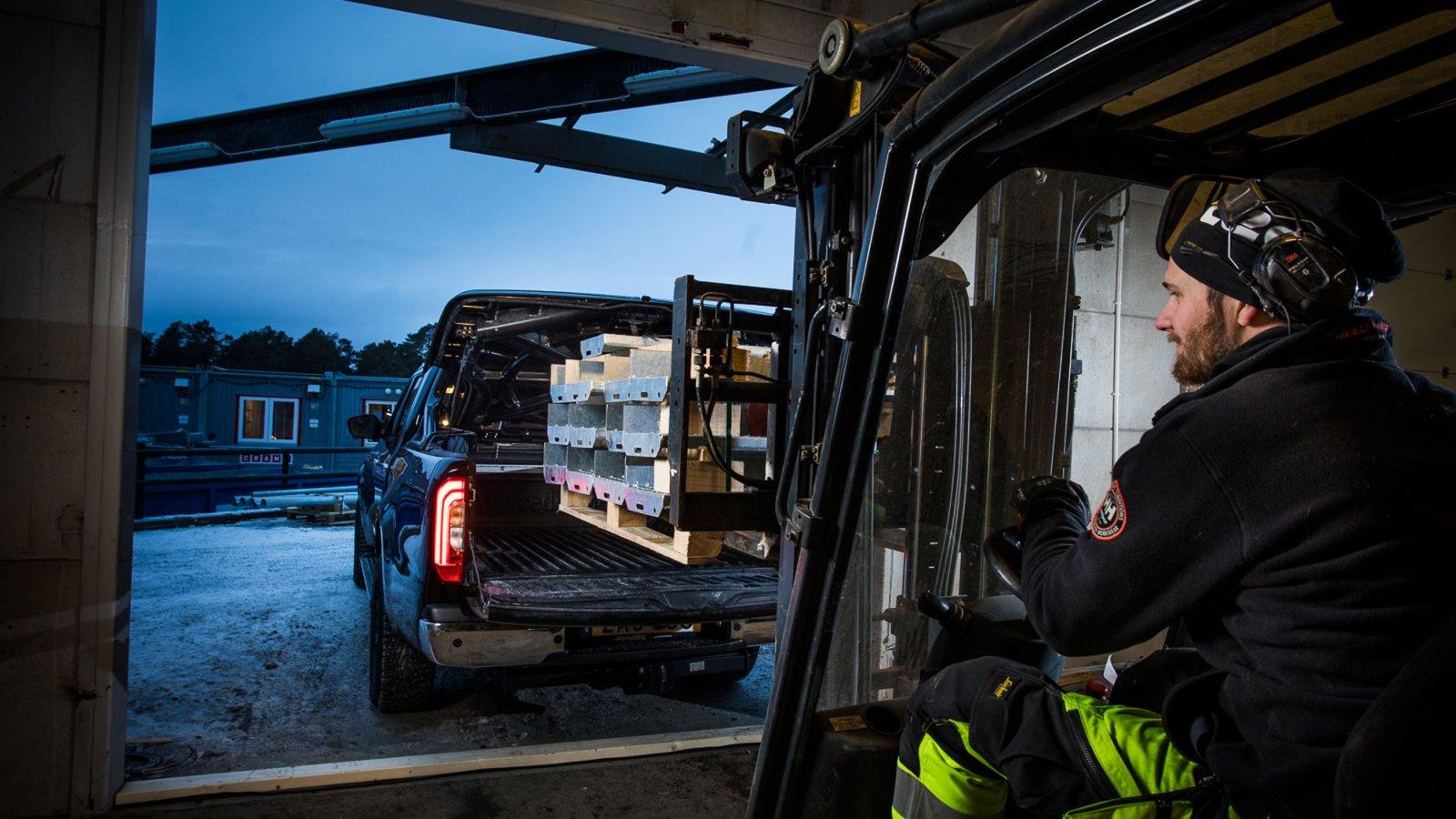 Fastecs tre X-Klass har försetts med lackerat flaklock. Men det går utmärkt att lasta med trucken ändå.