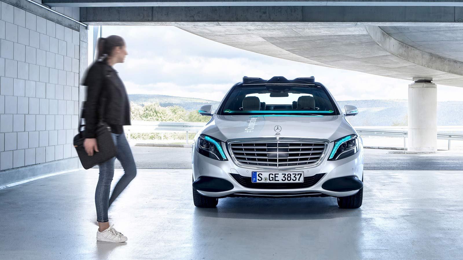 Turkosa ljusslingor i vindruta, grill, strålkastare, backspeglar och i rutornas underkant visar omgivningen att bilen är i självkörande läge.
