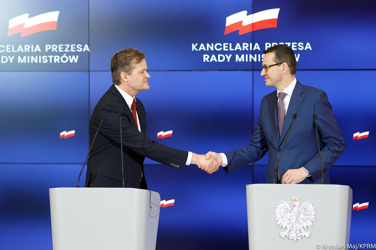 Markus Schäfer (v)från Mercedes-Benz Cars, med Polens premiärminister Mateusz Morawiecki (h).