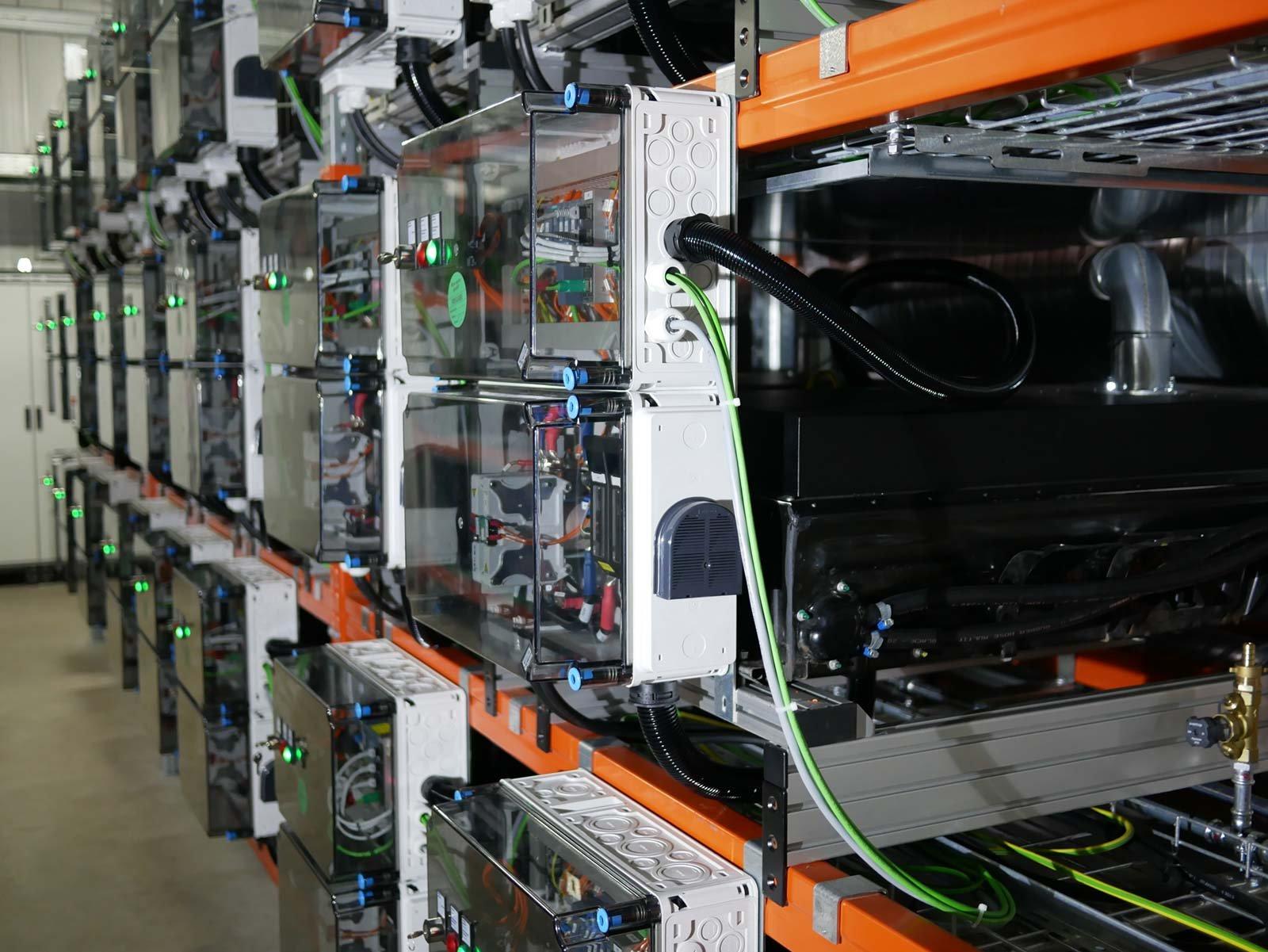 Återanvända batterier från elbilar kan göra elnätet stabilare.