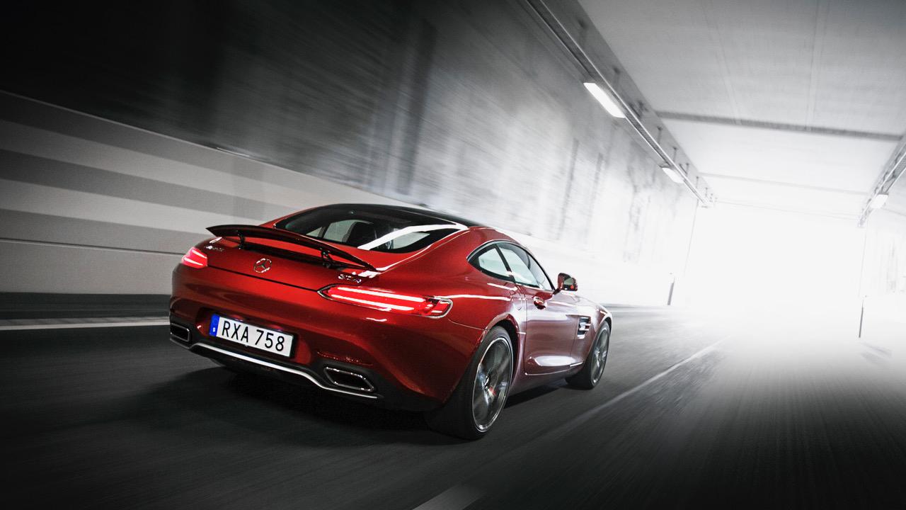 För att kunna ta bilden på den röda AMG GT S:n i tunneln sitter en kamera först med sugpropp fram till på fotobilen.