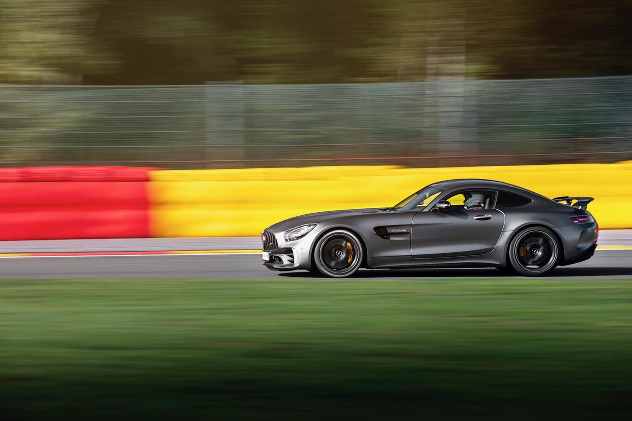 För att få AMG GT R:n skarp när den for förbi på Spa Fancorchamps krävdes en slutartid på 1/60 sekund. Linsen var en 70-200 mm med intern bildstabilisator.