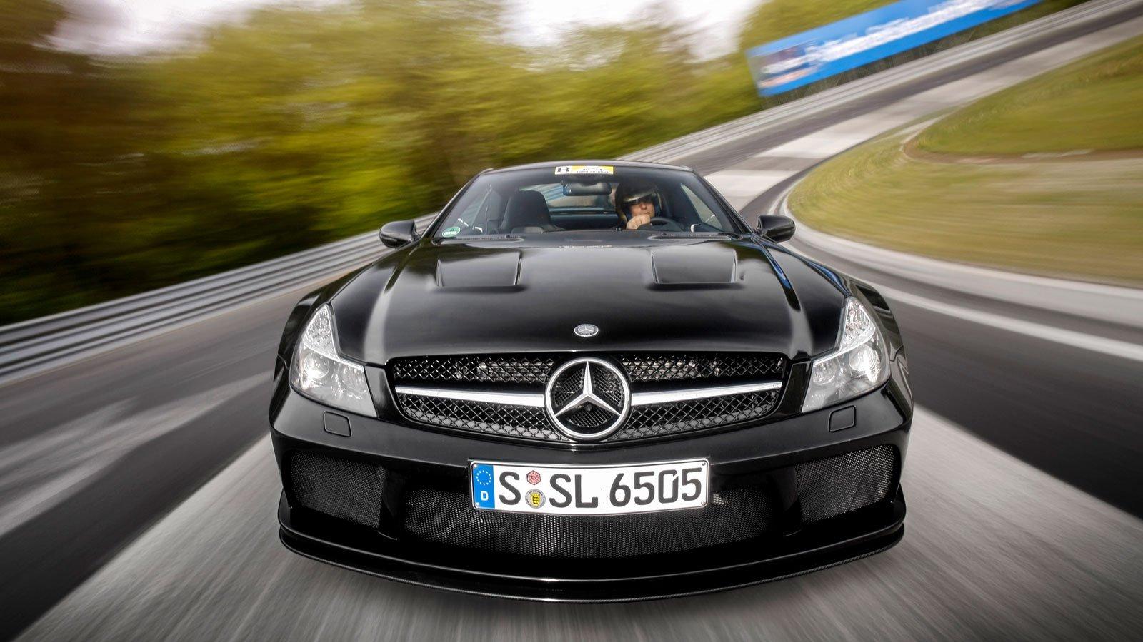 Denna bilden på en SL65 Black Serie plåtad i Karusellen på Nürburgring är tagen med hjälp av en stativrigg där man riktat kameran mot bilen.