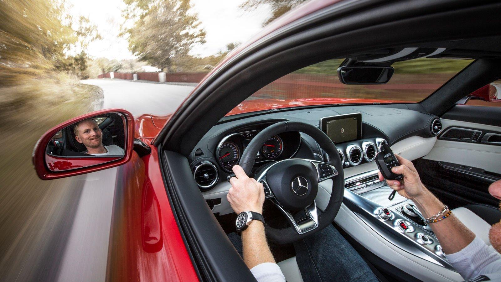 För att ta bild på sig själv bakom ratten är en teknik att fästa en kamera med hjälp av sugporpp påg utsidan av bilen. Sedan utlöser man kameran med hjälp av fjärrutlösare.