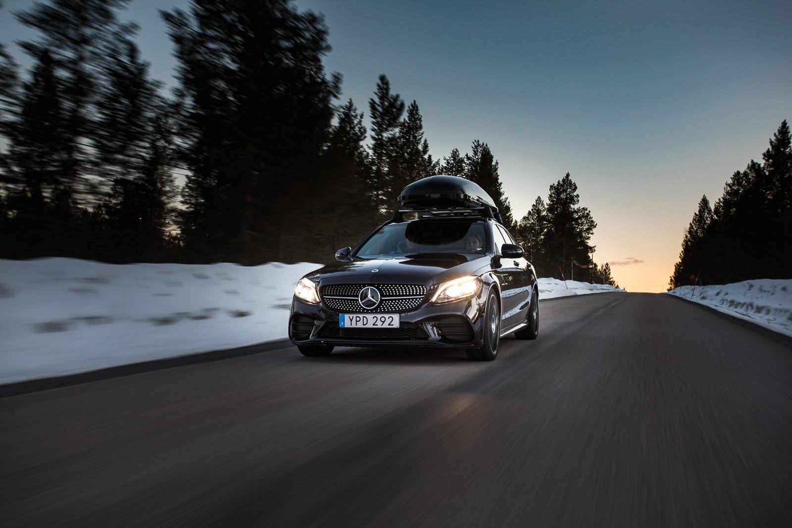 Alla bilarna är fyrhjulsdrivna Mercedes-Benz med automatlåda.