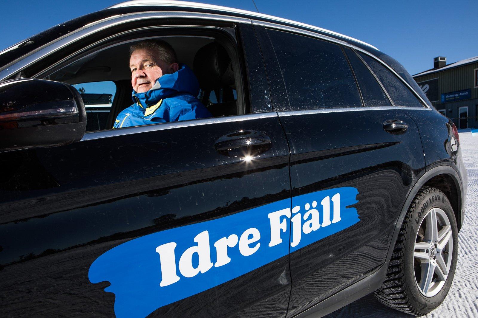 Peter Rex, försäljningschef på Idre Fjäll, i sin Mercedes GLC.