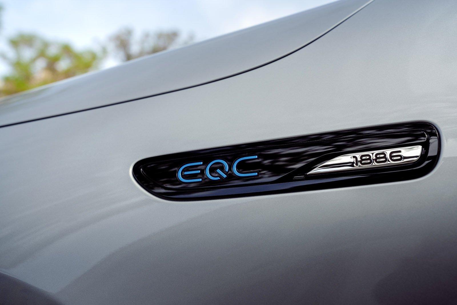 Ein besonderes Auto für einen besonderen Moment: Ein limitiertes Sondermodell markiert den konsequenten Aufbruch von Mercedes-Benz in das Zeitalter der Elektromobilität – die EQC Edition 1886 (Stromverbrauch kombiniert: 20,8 – 19,7 kWh/100 km; CO2-Emissionen kombiniert: 0 g/km)*. Mit der EQC Edition 1886 unterstreicht die Marke mit dem Stern, dass ihre Idee von einer Mobilität der Zukunft weit über Fahrzeuge hinausgeht. *Stromverbrauch und Reichweite wurden auf der Grundlage der VO 692/2008/EG ermittelt. Stromverbrauch und Reichweite sind abhängig von der Fahrzeugkonfiguration;Stromverbrauch kombiniert: 20,8 – 19,7 kWh/100 km; CO2-Emissionen kombiniert: 0 g/km* A special car for a special moment: A limited special edition marks Mercedes-Benz's resolute departure into the era of electric mobility – the EQC Edition 1886 (combined electric energy consumption: 20.8 – 19.7 kWh/100 km; combined CO2 emissions: 0 g/km)*. With the EQC Edition 1886, the brand with the star is emphasizing that its idea of future mobility goes well beyond vehicles themselves. *Electric energy consumption and range have been determined on the basis of Regulation (EC) No. 692/2008. Electric energy consumption and range depend on the vehicle configuration.;Combined electric energy consumption: 20.8 – 19.7 kWh/100 km; combined CO2 emissions: 0 g/km*