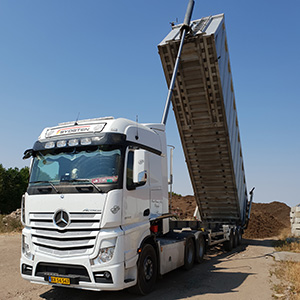 mona-is-living-in-her-actros-09