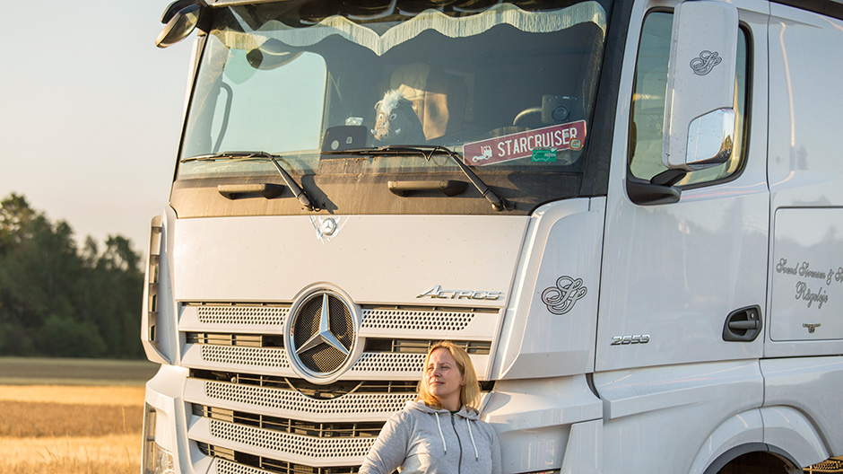 mona-is-living-in-her-actrosmona-is-living-in-her-actros-06