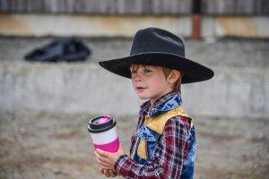 Ung deltagare på Hälldala Ranchs tävlingar