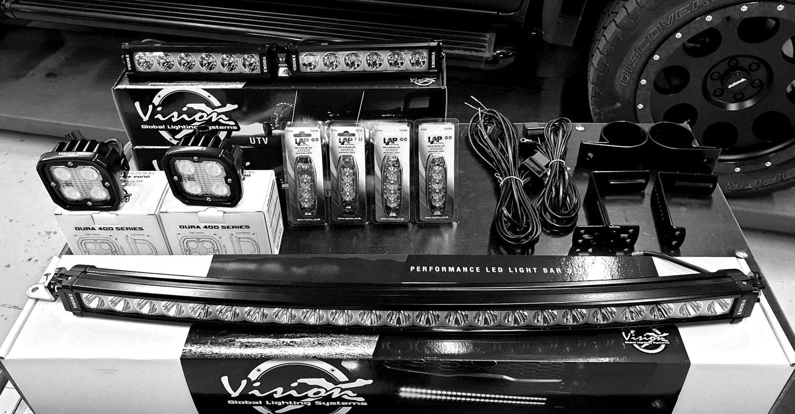 För en ljusår tillvaro även när det är som mörkast har ett ordentligt ljuspaket från Vision X monterats på James X350. Även oranga varningsblinkers som ofta användas när James kör med sin bil på Gran Turismo Events och behöver varna andra bilar att hålla sig ur vägen.