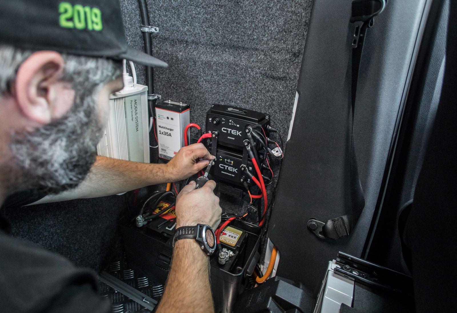 Att syssla med elektronik och elomvandlare till 220 volt i transportbilen kräver kunskap.