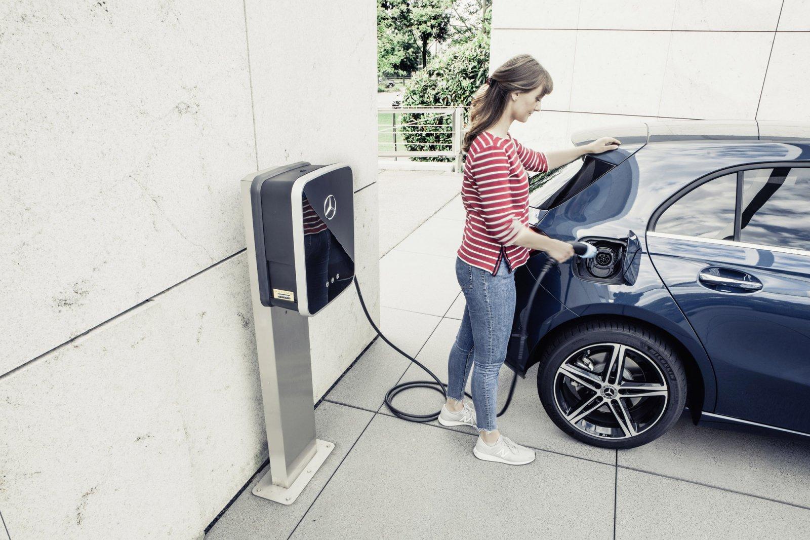 Som standard kan bilen laddas från växelström med Typ 2 kontakt och klarar då att ladda med 3,7 kW, men med 7,4 kW laddkapacitet (tillval 3.450 kr) kan den laddas fullt från 10 % på ca 1 timme och 45 minuter.
