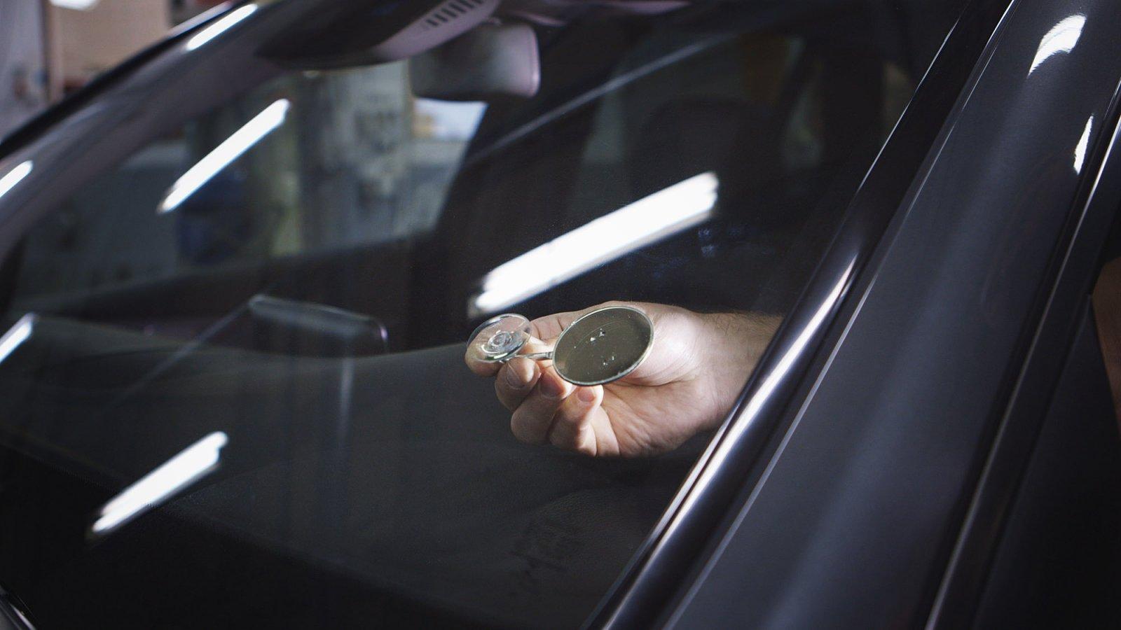 En spegel placeras under stenskottet så att de som ska reparera det ser exakt vad som görs.