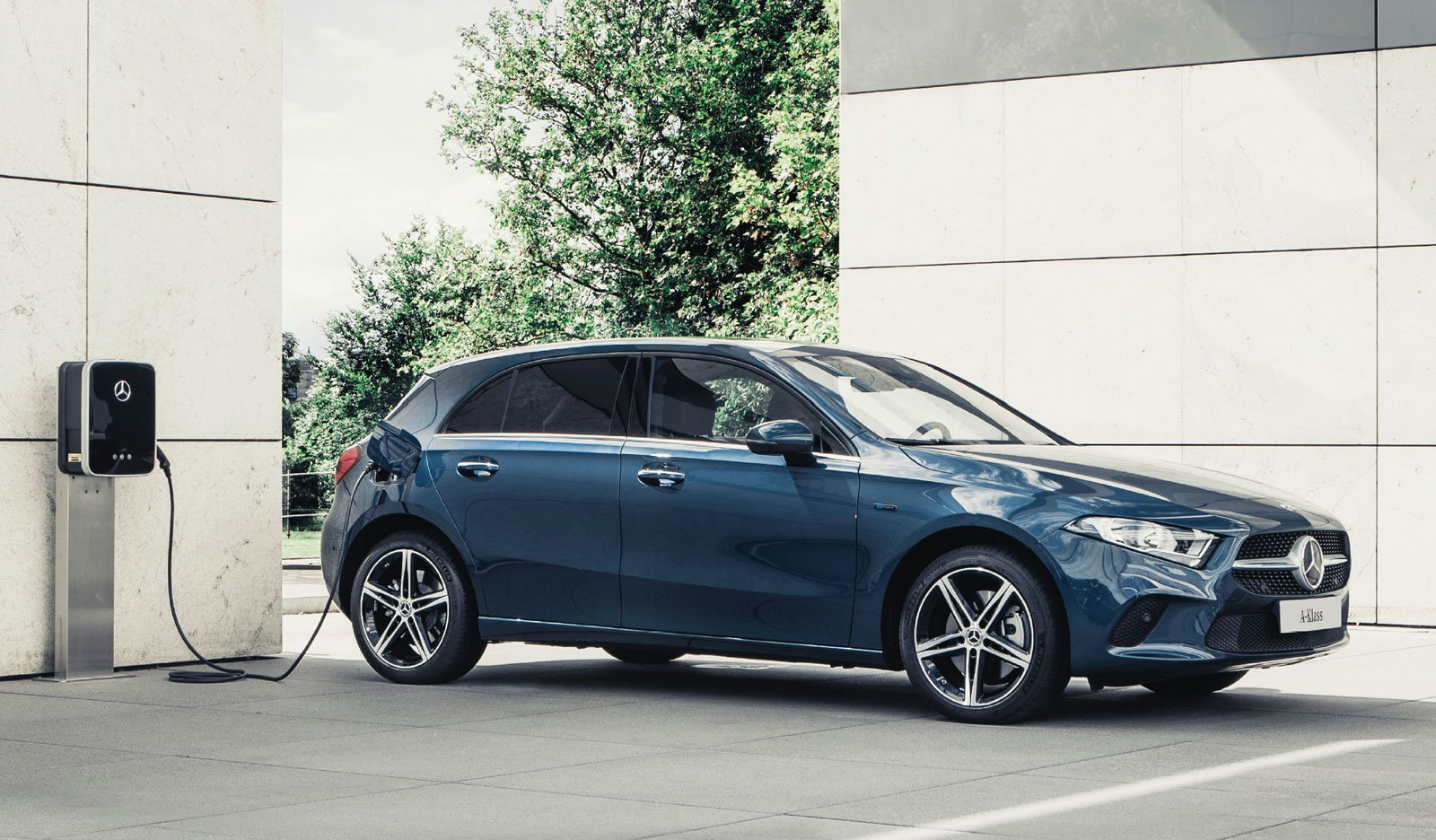 Bränsleförbrukning blandad körning enl WLTP-körcykeln A 250 e: 1,1-1,3 l/100km, CO2 -utsläpp 25-30 g/km. Motsvarande värden enligt NEDC 2.0: 1,4-1,5 l/100km, CO2 -utsläpp: 33-34 g/km. Förändring i utrustning kan påverka bränsleförbrukning och CO2 -utsläpp. Värdena avser grundutrustad bil. Bilen på bilden är extrautrustad. Miljöklass Euro 6d TEMP-EVAP-ISC.