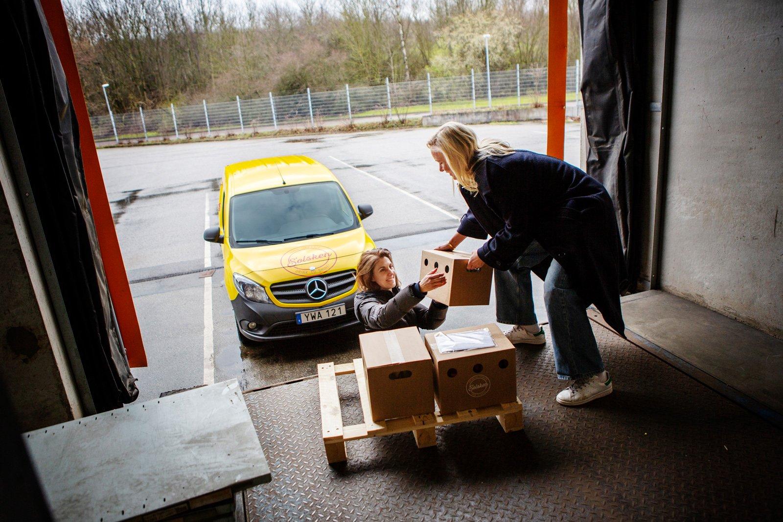 Bästa vännerna Viveca Wahlfrid och Anni Jungberg driver dryckesföretaget Solsken och packar lådor från lastkajen i Malmö.