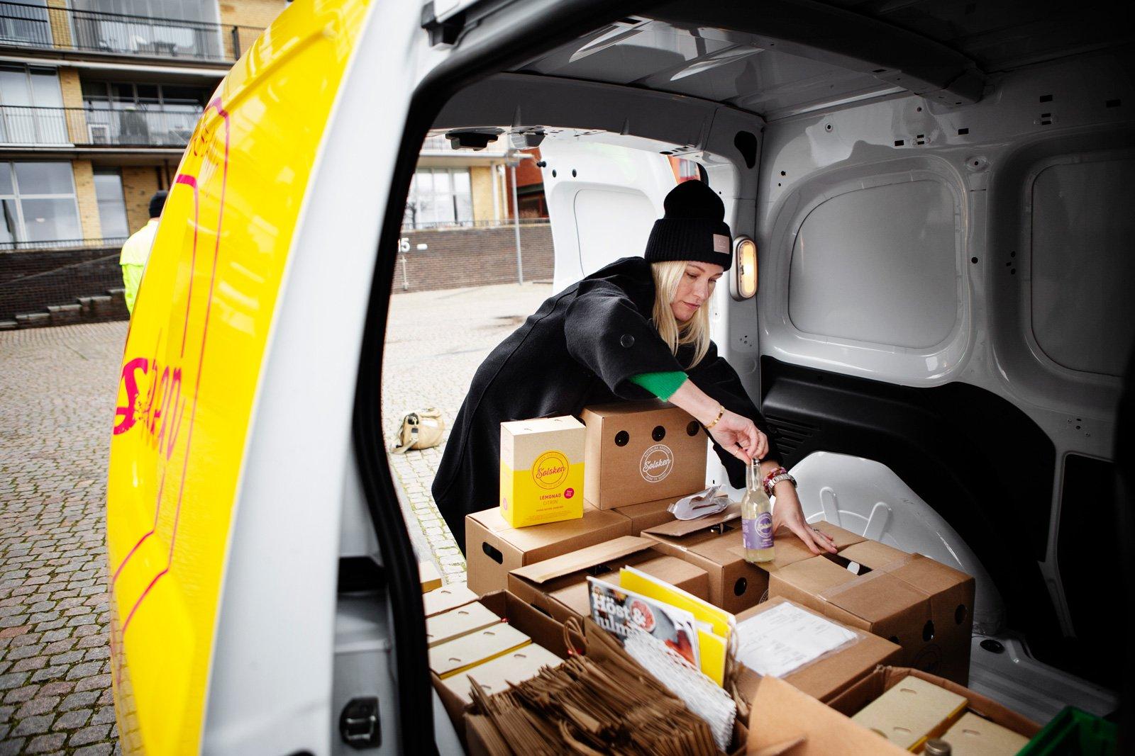 Bilen fungerar även som ett rullande kontor. Anni Jungberg packar varuprov.