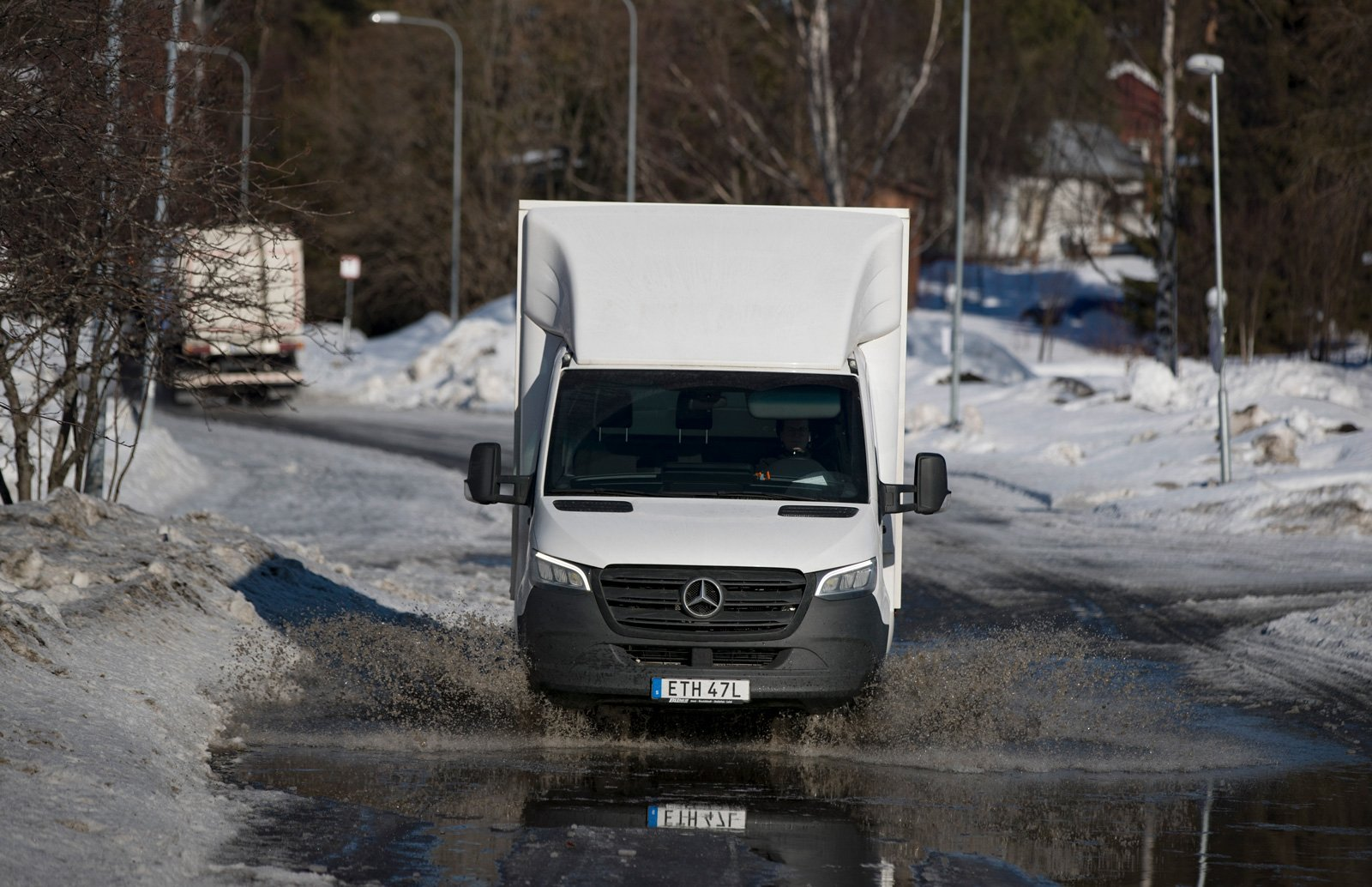 Den här plaskvåta vårvinterdagen får den nya Mercedes-Benz Sprinter som hon kör tjänstgöra inne i centrala Luleå.