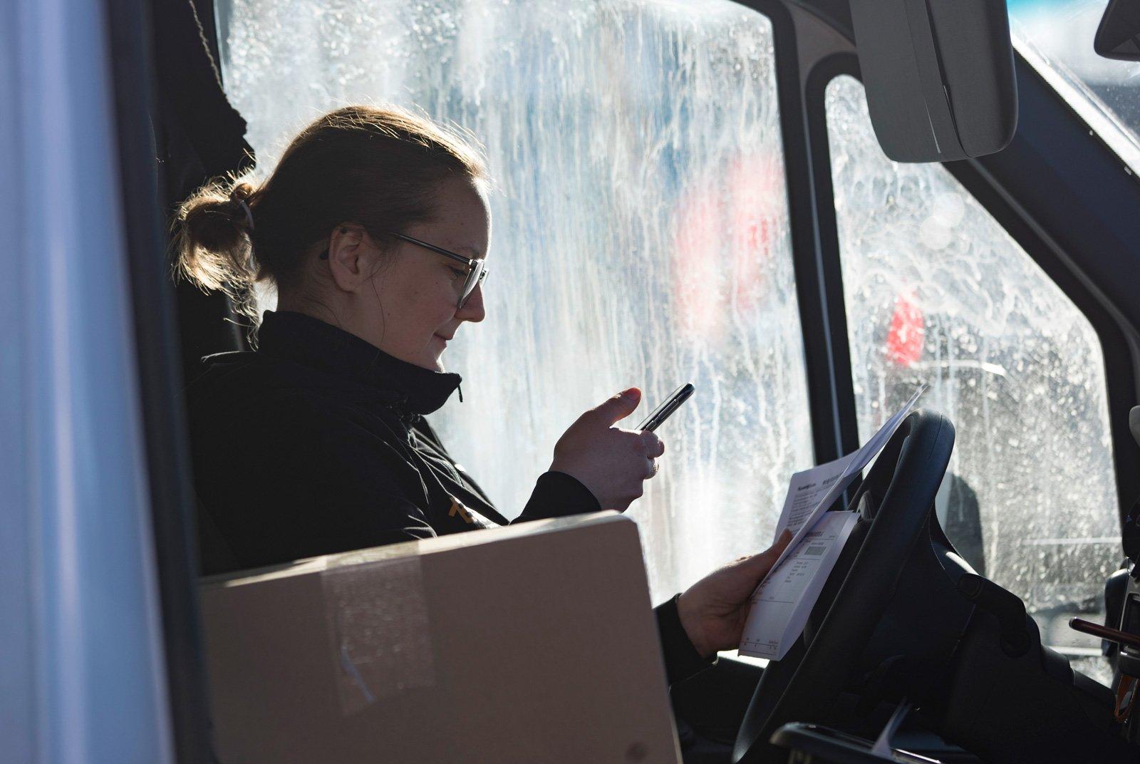 Linnea Larsson kör budbil åt Holmgren High Speed Logistics som ingår i den stora kedjan Best Transport.