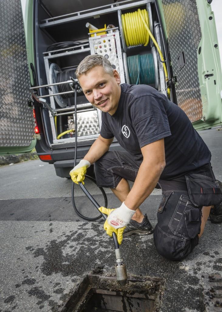 BIlarna får en speciell påbyggnad i Tyskland, som är anpassad efter företagets arbetsuppgifter. Johan Björkqvist är i full fart med att spola. Foto: Sven Persson.