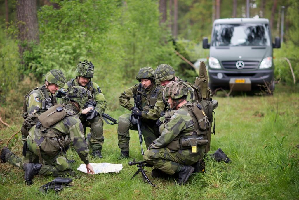 Hemvärnssoldater övar för viktiga uppgifter. De ska kunna sättas in som stöd till samhället vid svåra påfrestningar i fred, men även till väpnad strid i krig.