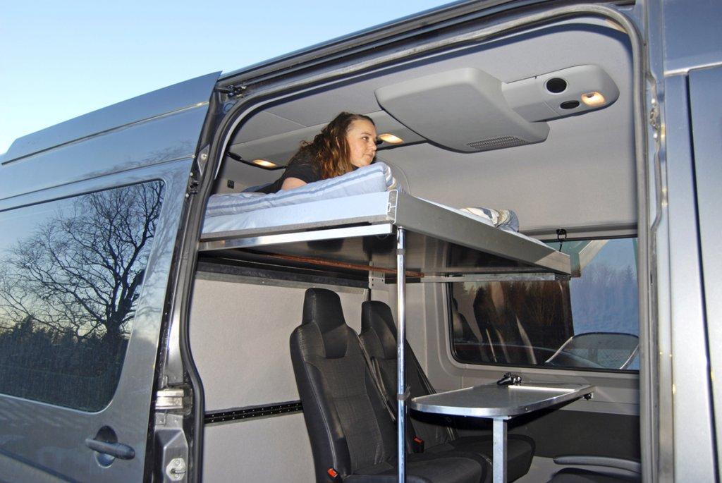 OCH SOVRUM. På dagen konferensdel eller bagageutrymme, på natten dras sängen ut till en långbädd. Från den kan man kolla på TV eller spela spel på mediaenheten. Loftsängen har generösa mått, 1,60x2,0 m vilket gör att två personer lätt kan sova där.