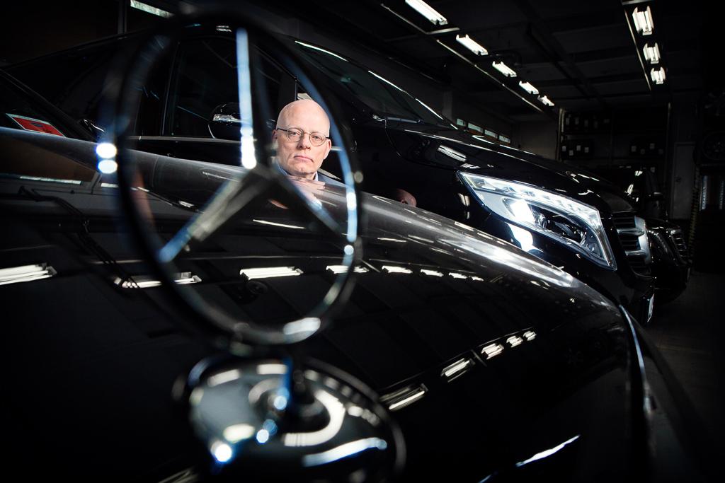 Chaufförerna på Freys Hyrverk är specialutbildade när det gäller säker körning. – Mercedes-Benz är stabila, komfortabla och väldigt krocksäkra, säger Peter Thomasson.