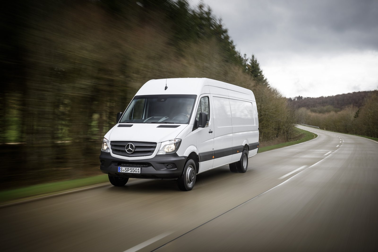 Mercedes-Benz Sprinter – 516 CDI; exteriör; Arktik vit; OM 651 motoreffekt 120 kW/163 hk; displacement 2.15 l; 6-växlad manuell växellåda Eco Gear; hjulbas: 4325 mm; totalvikt 5.5 ton