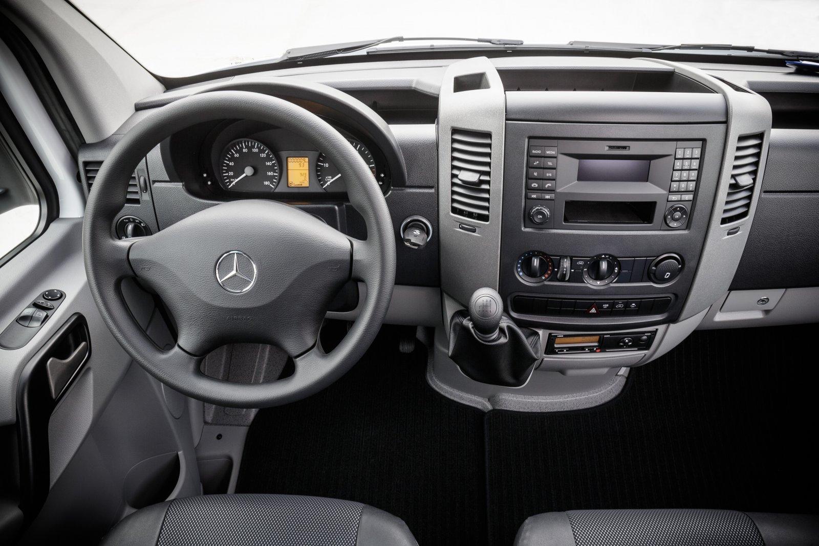 Mercedes-Benz Sprinter – 516 CDI; interiör; seat covers: tunja black; OM 651 motoreffekt 120 kW/163 hk; 6-växlad manuell växellåda Eco Gear; hjulbas: 3665 mm; totalvikt 5.5 ton