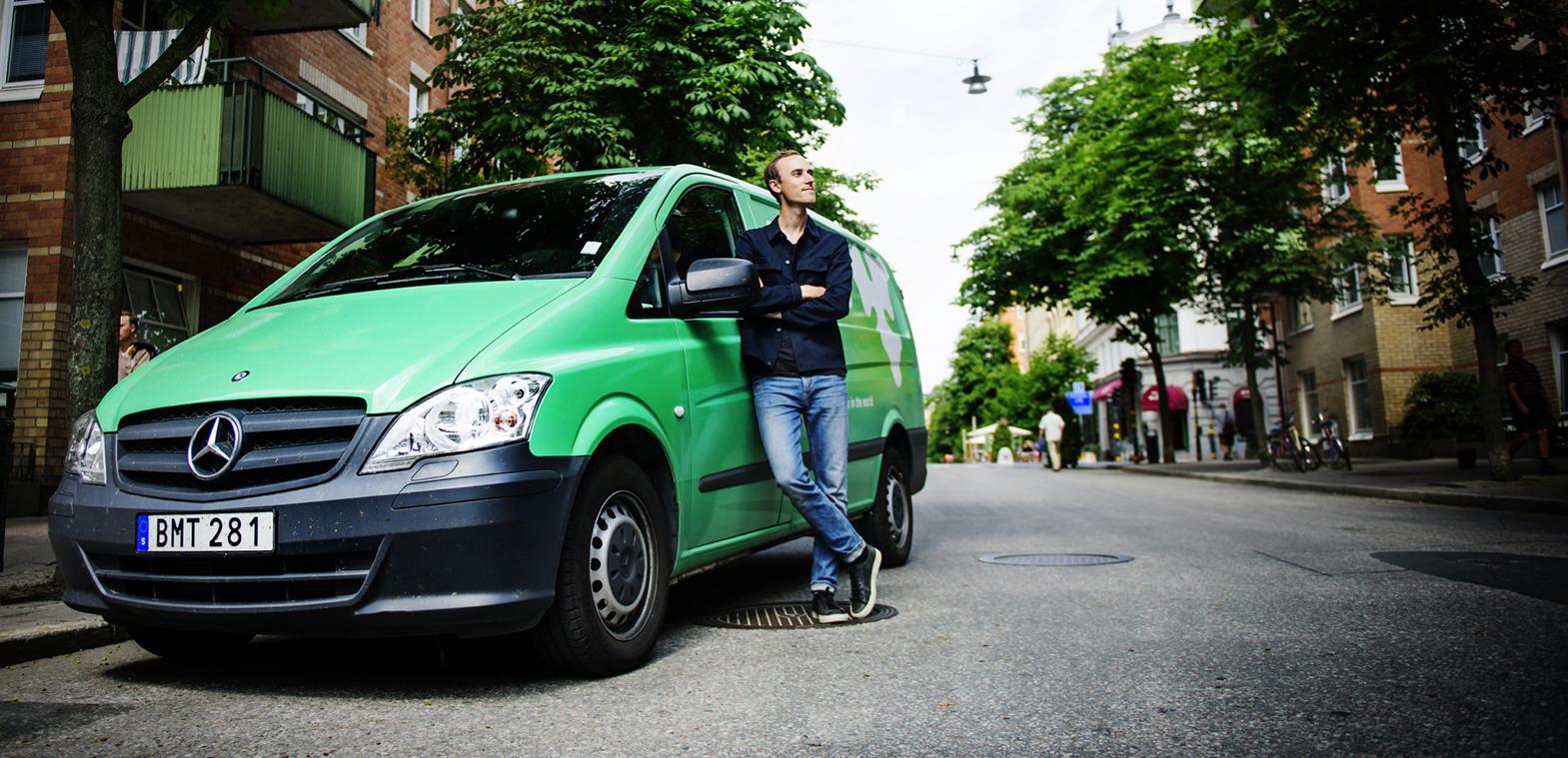 Eventbyrån Knut Kommunikation hyr transportbilar från Mercedes-Benz Stockholm för olika arrangemang. Bilarna stripas om inför olika event, bland kunderna finns Carlsberg. Här tillsammans med Zackarias Bliman.