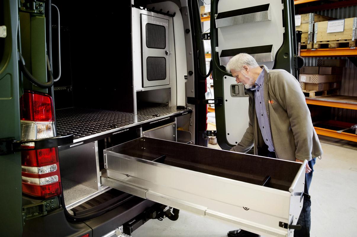 Skenor och mellangolv har monterats för bilens lådsystem. Ovanför lådorna syns luckan till hundburen