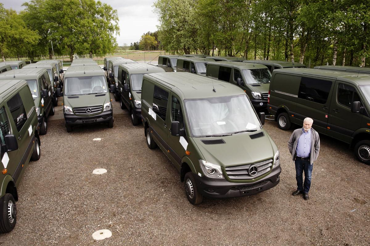 Magnus Svensson, VD på Abicon, ute på gårdsplanen där de färdigbyggda bilarna står och väntar på inspektion från Försvarsmakten. Så fort de fått OK transporteras de vidare och nästa laddning ställs ut.
