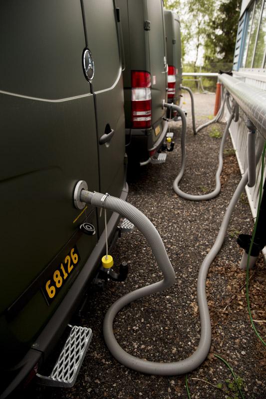 De färdiga bilarna är kopplade till en torrluftsanläggning. Varm luft pumpas in kontinuerligt, fordonen får aldrig stå och bli fuktiga och kalla – det krävs dock att de har anslutningshål. Hela torrluftsanläggningen installerades i samband med ordern från Försvarsmakten.
