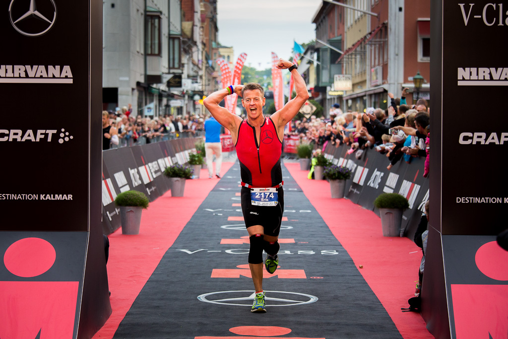 Erik Strömwall går i mål efter sitt livs första IronMan