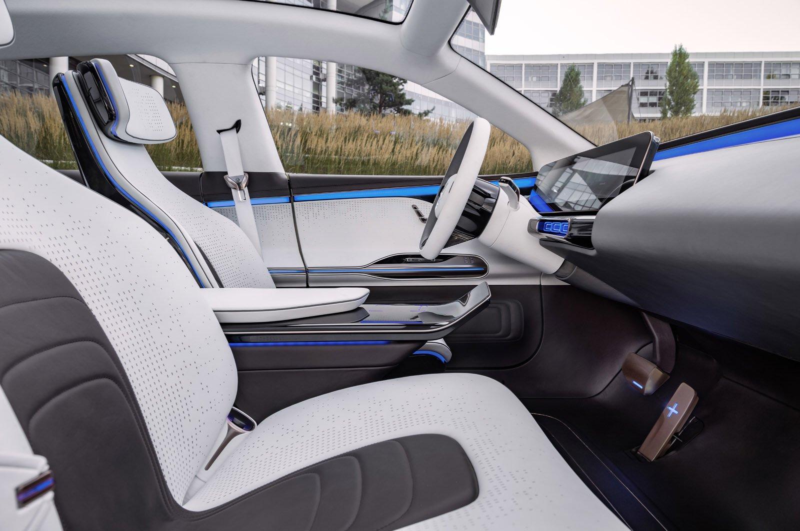 Generation EQs interiör med en futuristisk instrumentpanel.