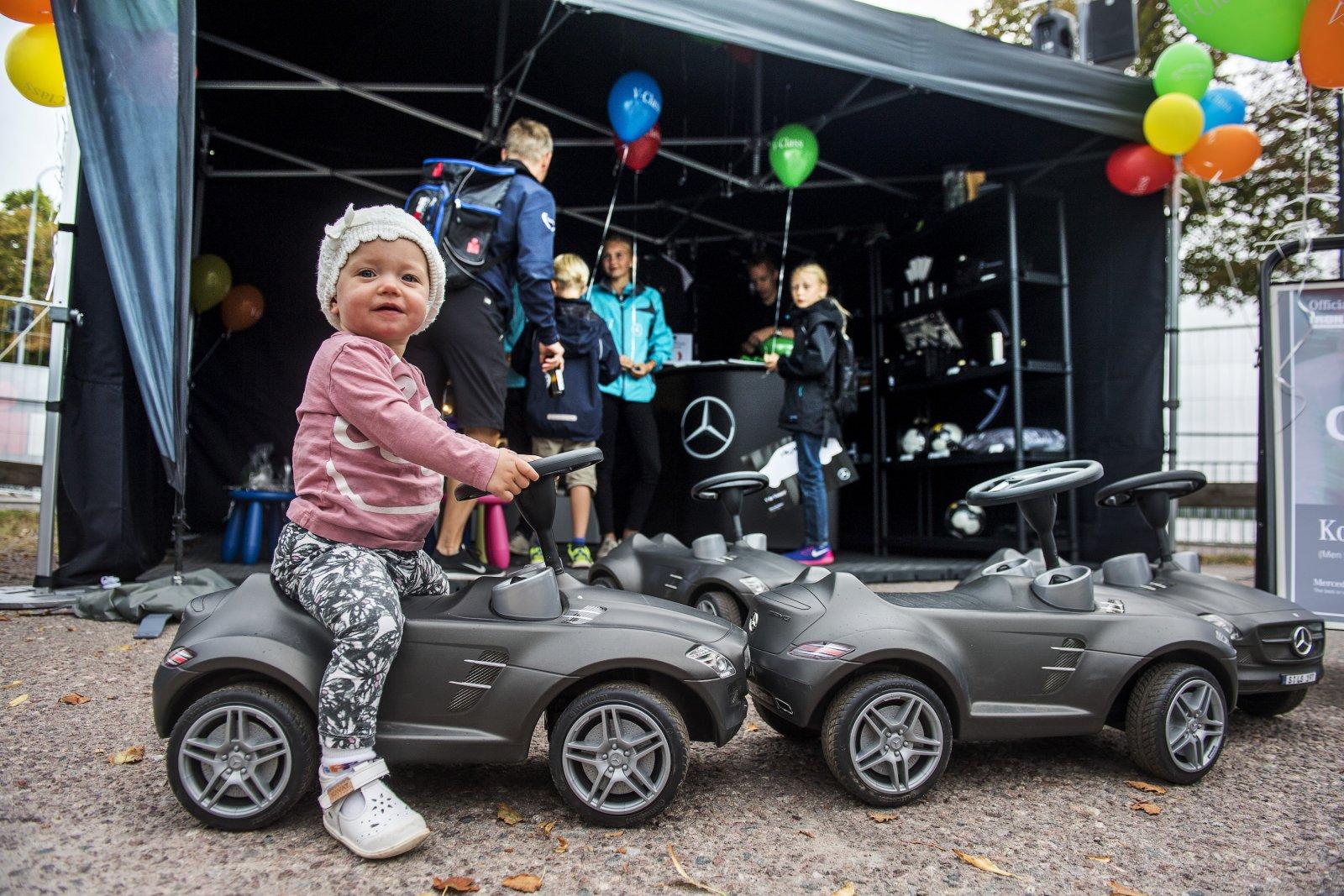 20160817 KALMAR. Fotografering av Mercedes marknadsaktiviteter samt Åsa Lundström under Mini-Tri i Kalmar.Saga, 13 månader, testar en Mercedes. Foto:SUVAD MRKONJIC Code10042