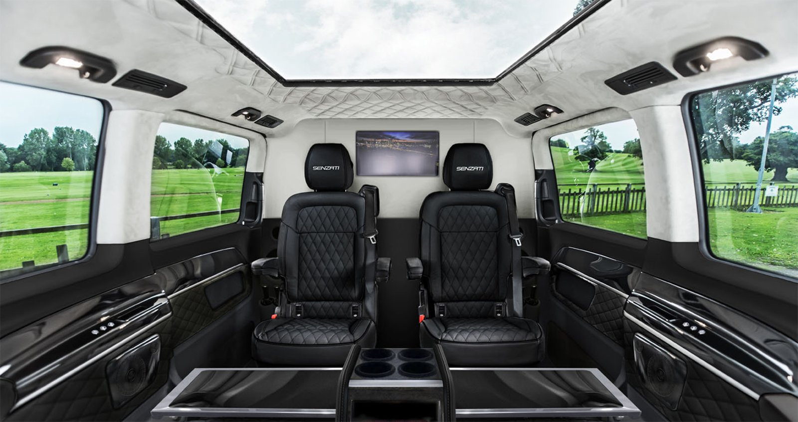 Senzati Jet Sprinter går att få i flera olika interiörfärger. Här ser du den i svart med mellanvägg fram till chauffören.