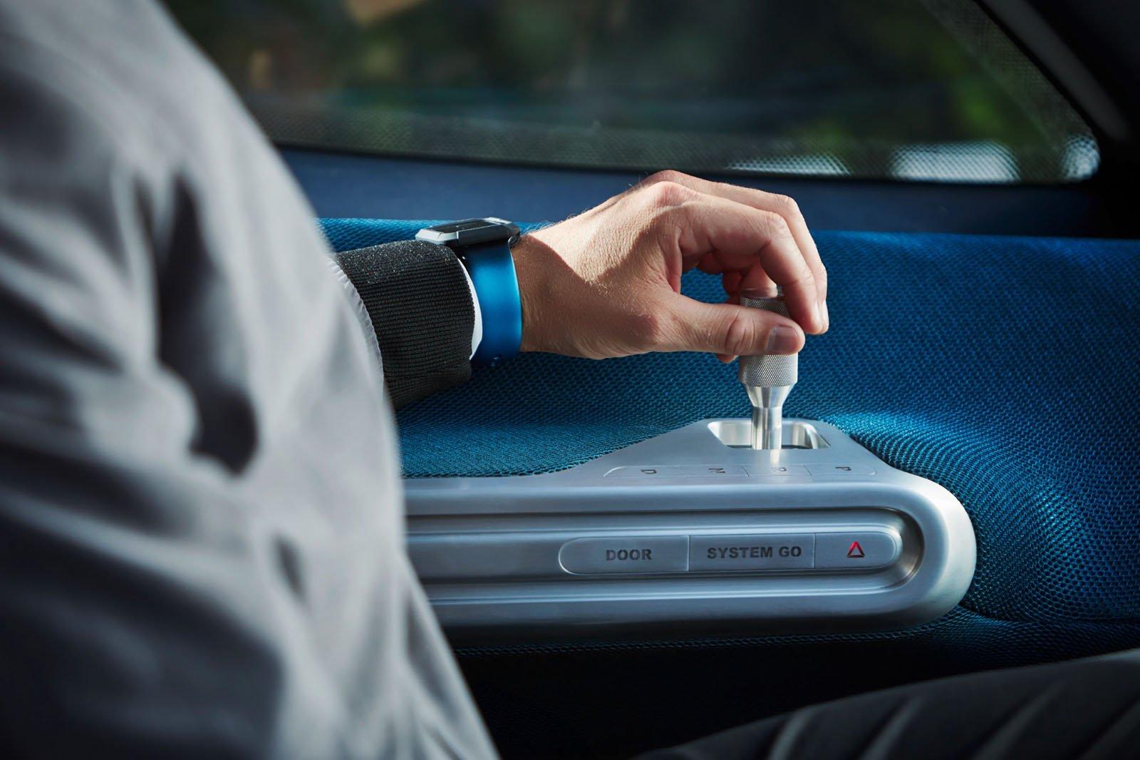 Mercedes-Benz Vision Van styrs med en joystick istället för ratt för att förenkla i- och urstigning.
