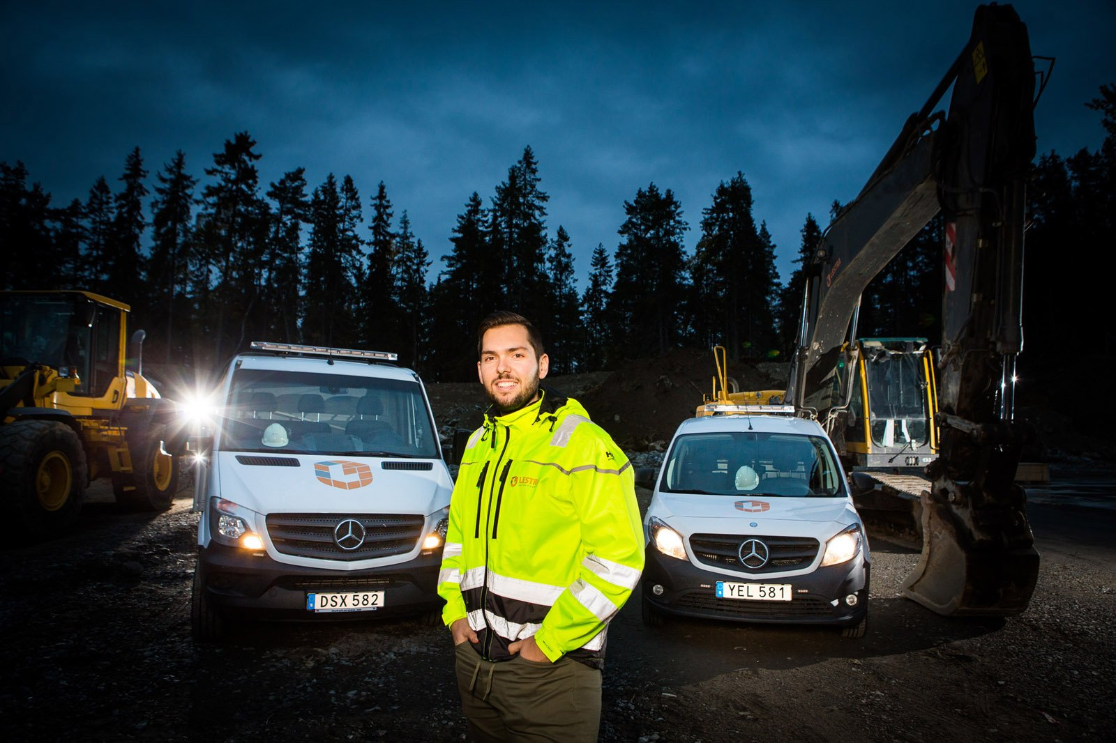 Alexander Djordjevic är fordonsansvarig på Lestra Entreprenad AB. Här syns bilarna ute vid ett anläggningsarbete.