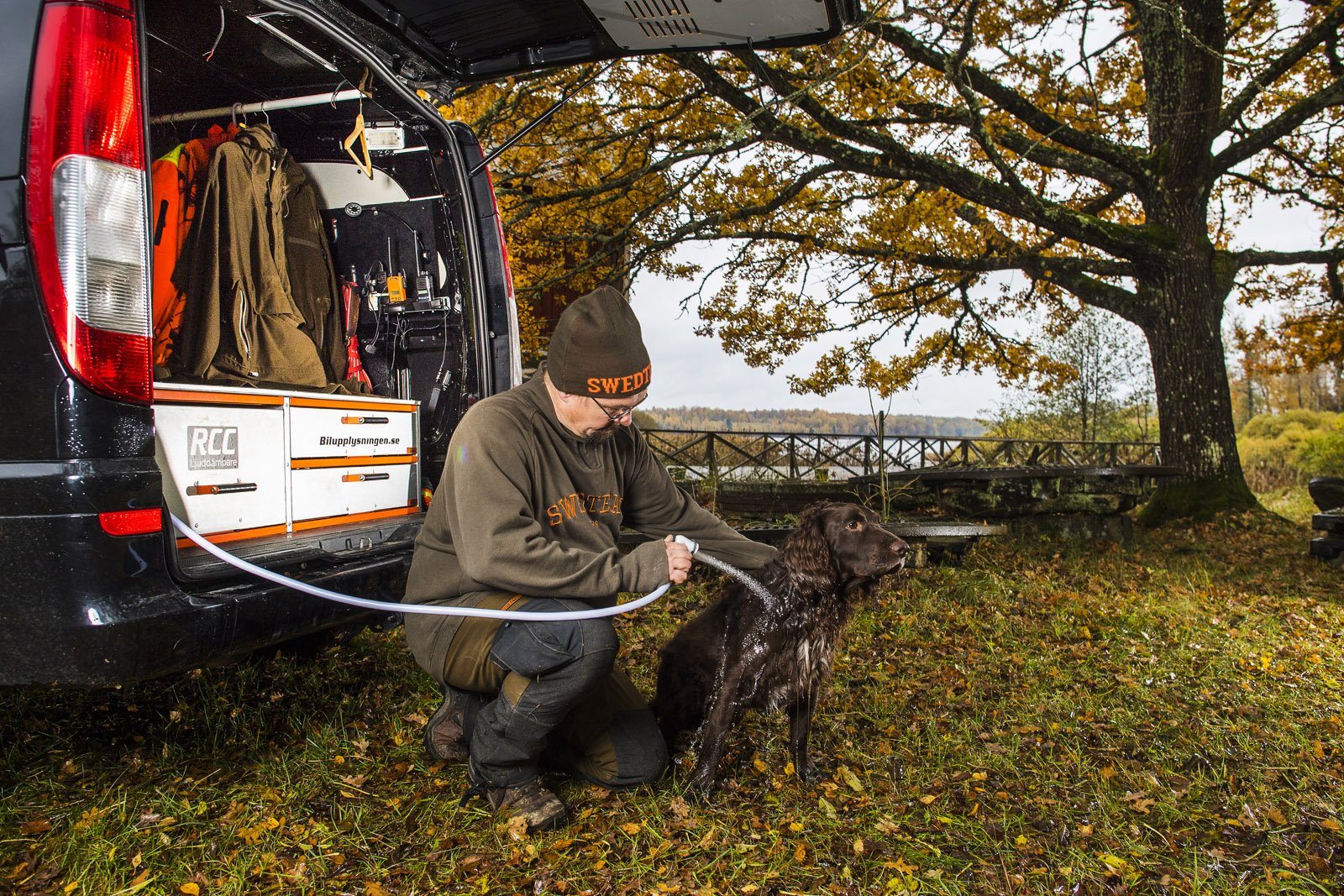 Hundarna blir ofta smutsiga under en jakt och då är det skönt att kunna skölja av dem innan de hoppar in i bilen. Vattnet håller en temperatur på runt 16-17 grader.