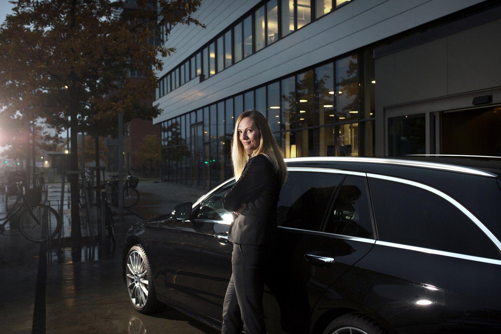 """Rikke Hamilton framför sin tjänstebil – En Mercedes GLE 400 Coupé """"Vi har tre barn och detta är den perfekta familjebilen om man vill ha en bil som sticker ut lite"""". Foton: Jenny Leyman."""