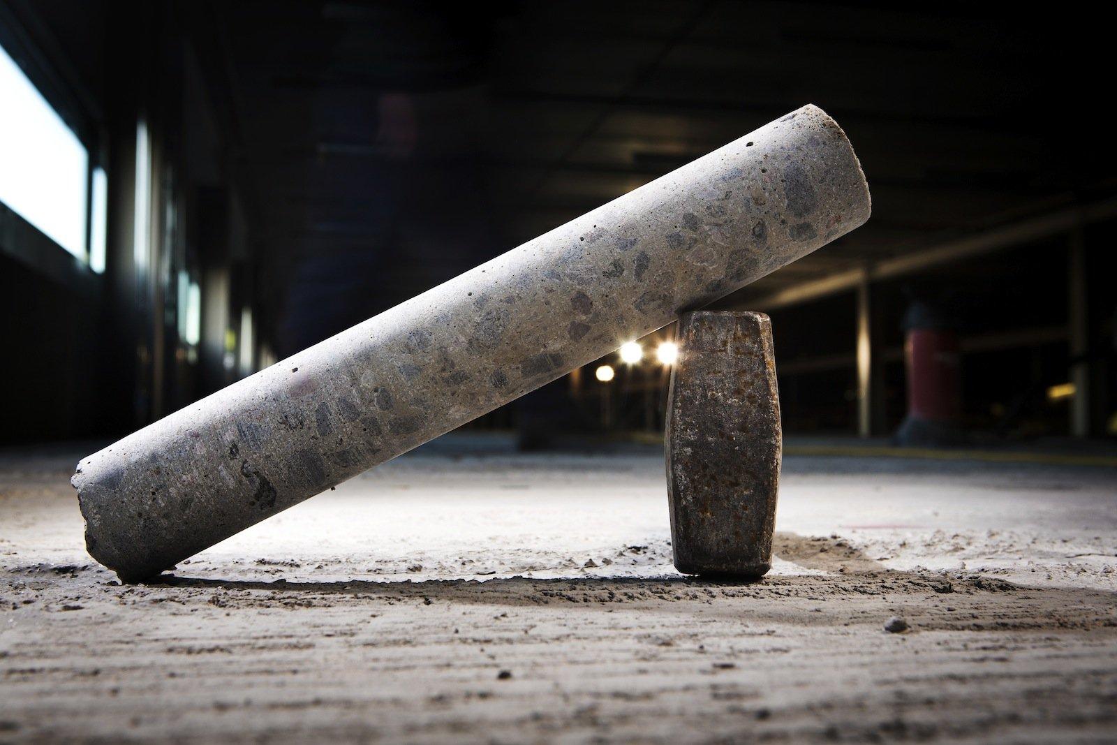 Så här kan en borrkärna se ut efter utfört borrarbete i betong.