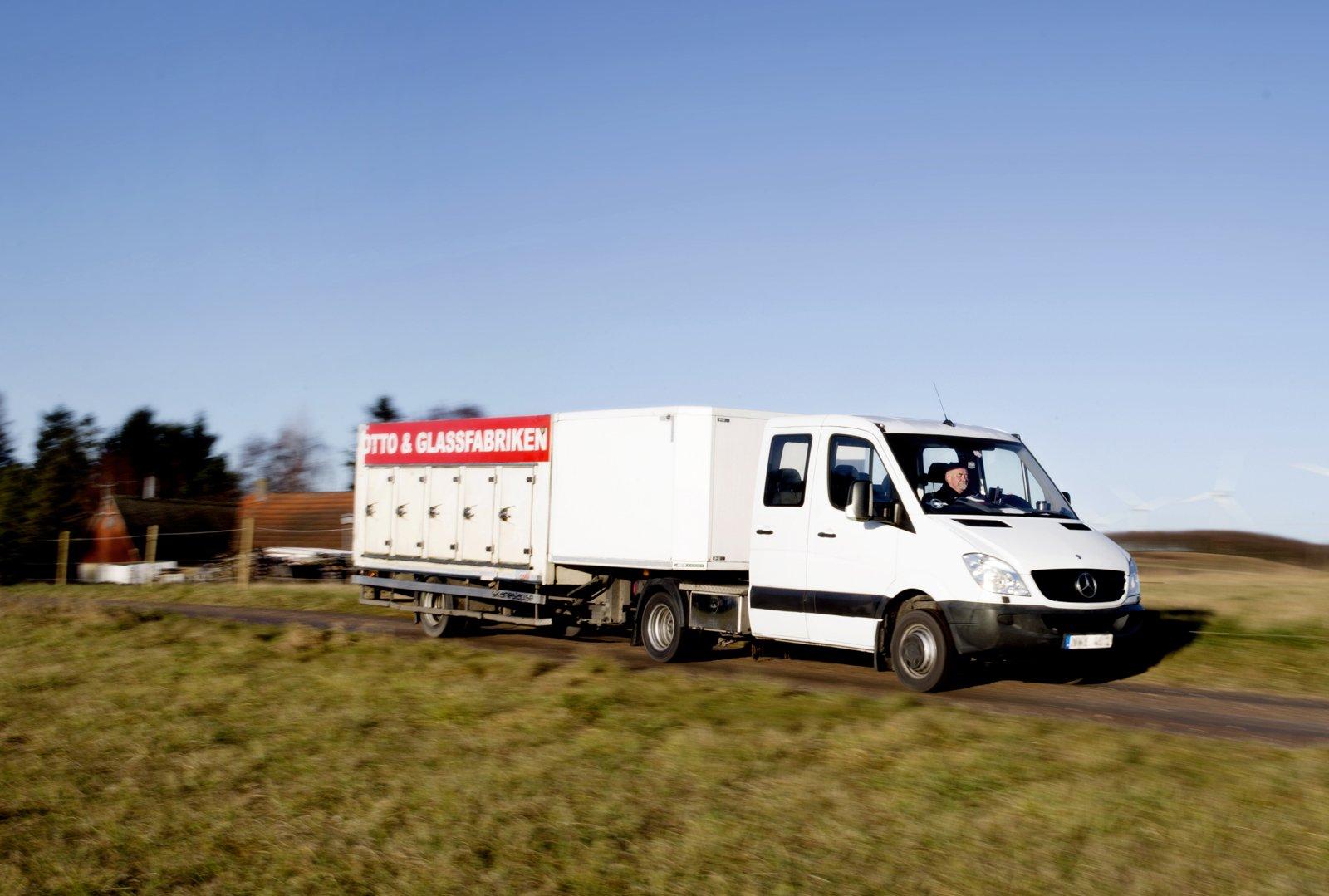 Hasse Månsson, distributör på Österlen och i Lund kör Sprinter med Semi-trailer.