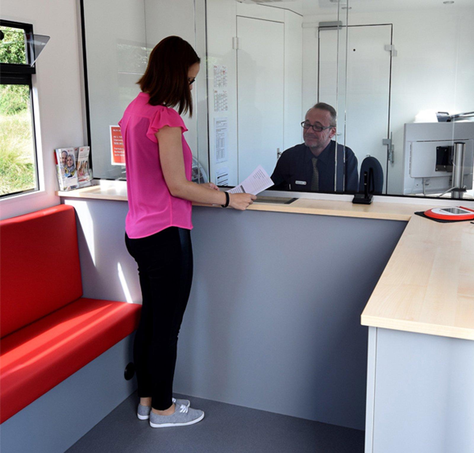 Bilen utgår från en lokal bank nära Stuttgart och i Sprintern kan kunderna dels ta ut pengar, dels uträtta bankärenden när det gäller allt från rådgivning och lån till aktieförsäljning och kontohantering.