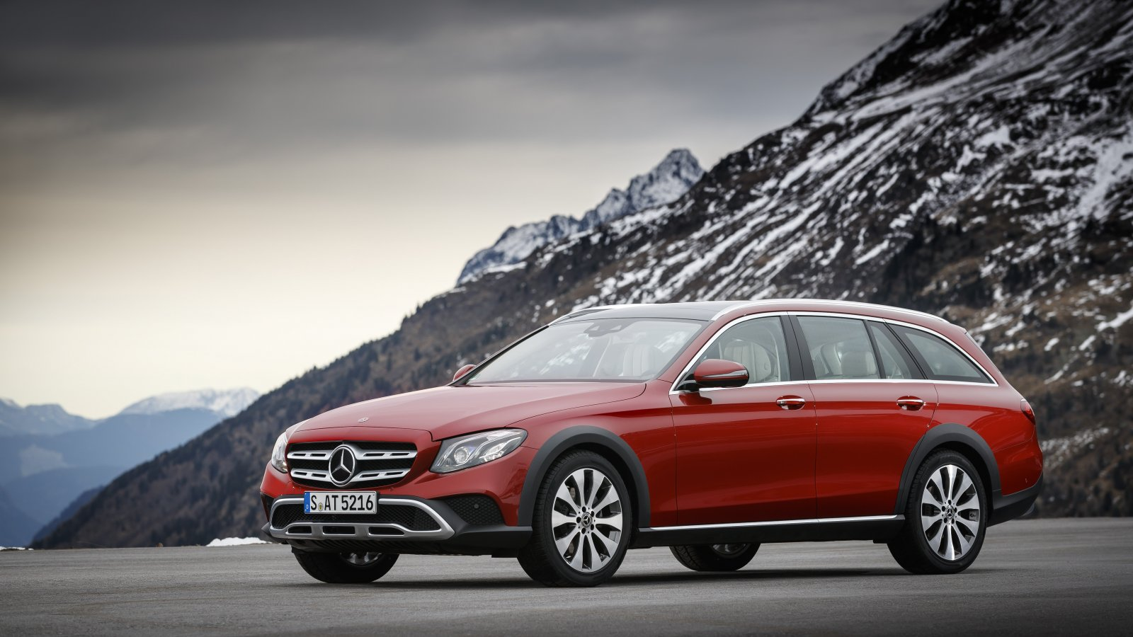 E 220 d 4MATIC All-Terrain Farbe: designo hyazinthrot metallic; Leder Nappa macchiatobeige/espressobraun E 220 d 4MATIC All-Terrain Paint: designo hyacinth red metallic; Nappa leather macchiato beige/espresso brown All Terrain Kraftstoffverbrauch kombiniert: 5,2 l/100 km, CO2-Emissionen kombiniert: 137 g/km Fuel consumption, combined: 5.2 l/100 km, CO2 emissions, combined: 137 g/km