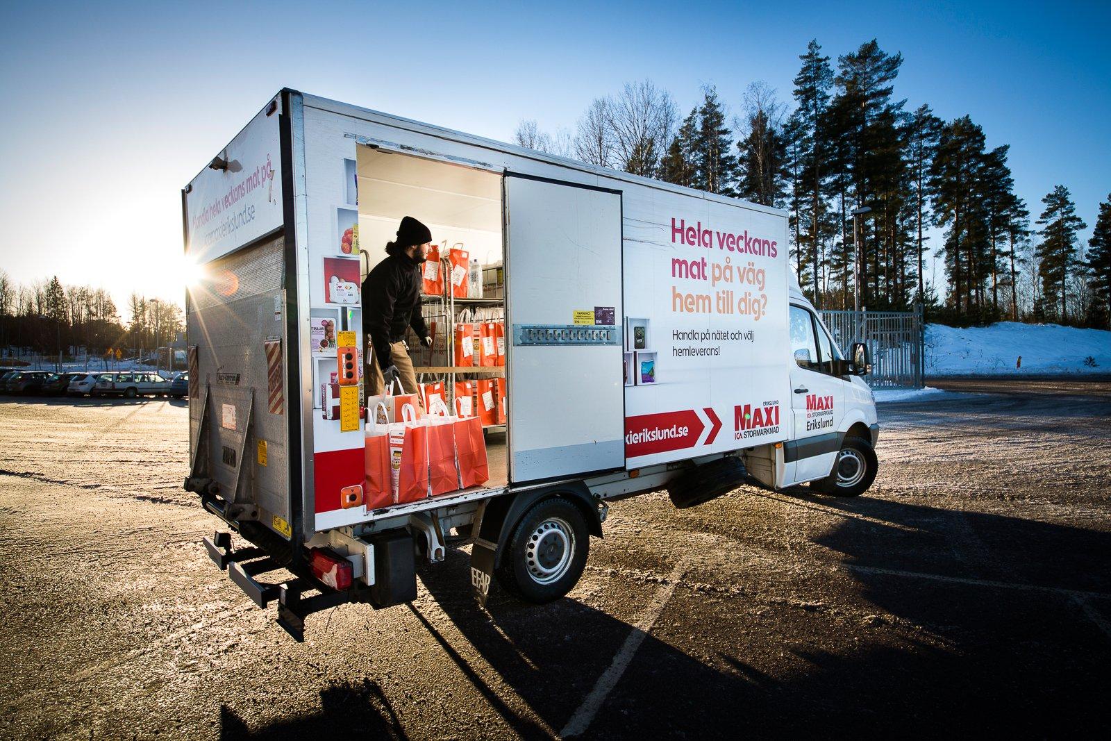 En sidodörr gör det lätt att hoppa ut och leverera kassar hos kunderna. Bakgavelliften lyfter upp burarna med kassar, varje påse är försedd med en orderlapp.
