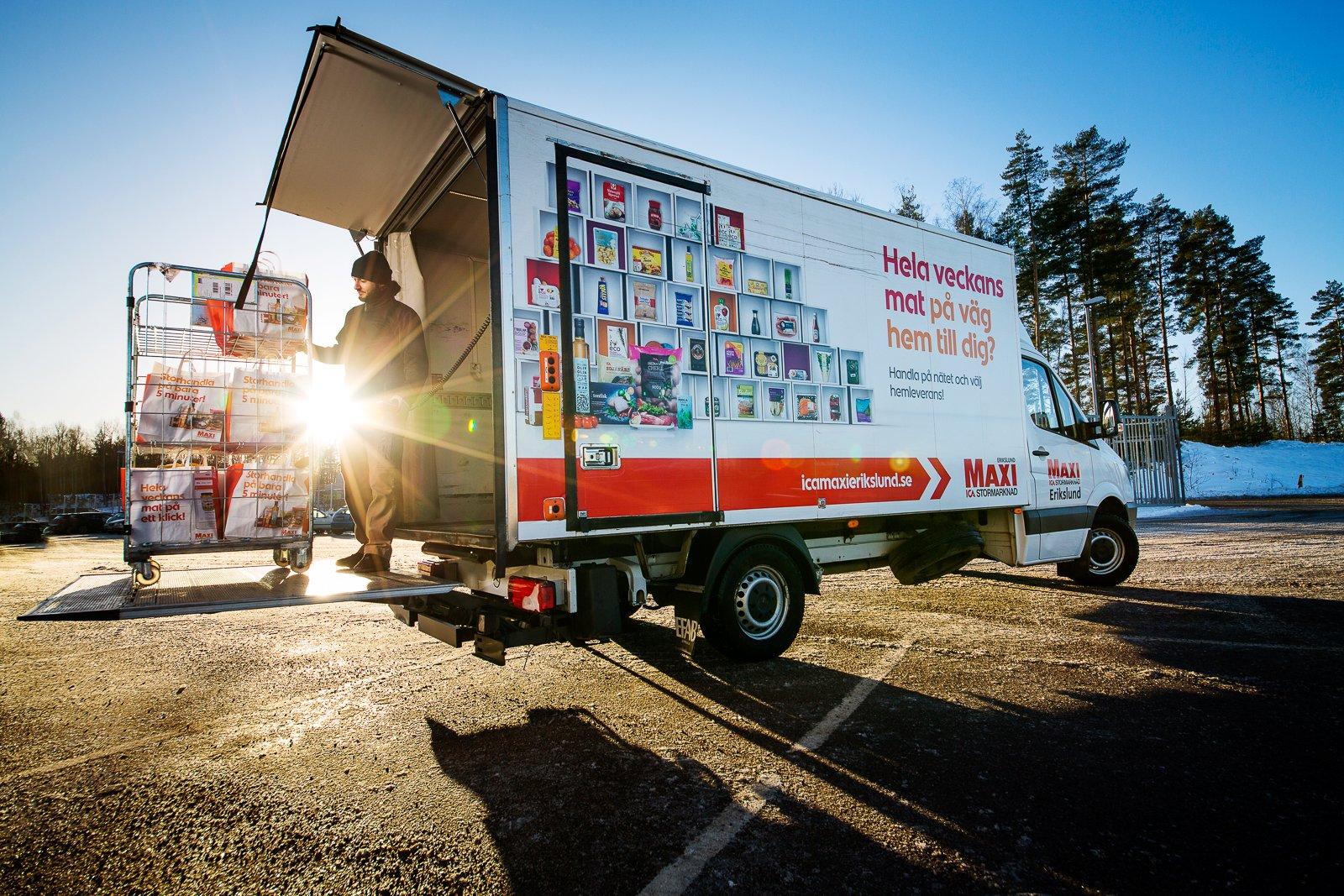 Emanuel Hanna från ICA Maxi Erikslust packar hela Sprintern full med matkassar. Bilarna har skåp i form av kylar, dessa är byggda hos Efab i Uppsala.